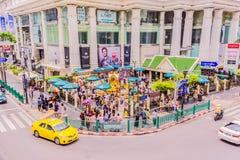 Bangkok, Tailandia - 11 luglio 2017: La gente sta pagando il rispetto al santuario di Erawan, Bangkok, Tailandia Immagini Stock