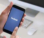 BANGKOK, TAILANDIA - 17 MAGGIO 2016: Applicazione di Facebook, logo Fotografie Stock