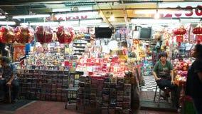 Bangkok, Tailandia - 3 maggio 2018: Ci sono lotti dei negozi e l'alimento si blocca sul marciapiede alla città della Cina stock footage