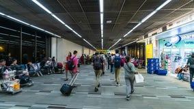 BANGKOK, TAILANDIA - 15 MAGGIO 2019: Hyperlapse di molti passeggeri cammina lungo Terninal Folla della gente in internazionale archivi video
