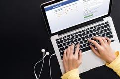 BANGKOK, TAILANDIA - 30 maggio 2017: Icone di Facebook dello schermo di connessione sopra su Apple Macbook più grande e rete soci Immagini Stock