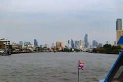 Bangkok, Tailandia - 18 maggio 2019: L'orizzonte del paesaggio al fiume di Chao Pra Ya con la barca, il pilastro, la torre ed i g immagine stock
