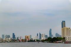Bangkok, Tailandia - 18 maggio 2019: L'orizzonte del paesaggio al fiume di Chao Pra Ya con la barca, il pilastro, la torre ed i g fotografie stock