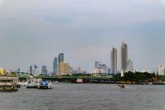 Bangkok, Tailandia - 18 maggio 2019: L'orizzonte del paesaggio al fiume di Chao Pra Ya con la barca, il pilastro, la torre ed i g fotografia stock