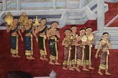 Bangkok, Tailandia - 18 maggio 2019: Le pitture murale di Ramakian Ramayana lungo le gallerie del tempio di Emerald Buddha, fotografie stock libere da diritti