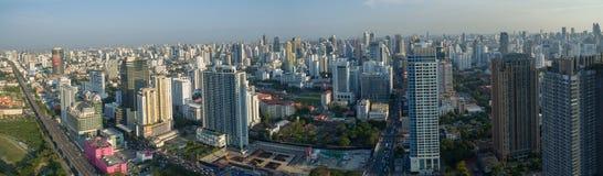 BANGKOK TAILANDIA - 3 maggio: vista aerea della ruspa spianatrice del cielo e della città d Immagini Stock