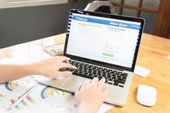 BANGKOK, TAILANDIA - 5 marzo 2017: Icone di Facebook dello schermo di connessione su Apple Macbook più grande e sito della rete s Fotografie Stock