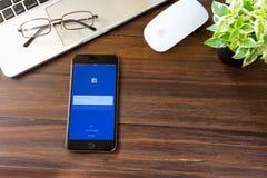 BANGKOK, TAILANDIA - 5 marzo 2017: Icone di Facebook dello schermo di connessione sul iPhone 6 di Apple la più grande e rete soci Immagine Stock Libera da Diritti