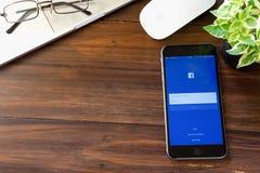 BANGKOK, TAILANDIA - 5 marzo 2017: Icone di Facebook dello schermo di connessione sul iPhone 6 di Apple la più grande e rete soci Immagine Stock