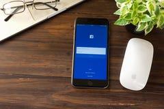 BANGKOK, TAILANDIA - 5 marzo 2017: Icone di Facebook dello schermo di connessione sul iPhone 6 di Apple più grande e rete sociale Fotografia Stock