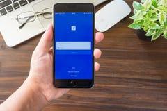 BANGKOK, TAILANDIA - 5 marzo 2017: Icone di Facebook dello schermo di connessione sul iPhone 6 di Apple più grande e rete sociale Fotografie Stock