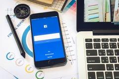 BANGKOK, TAILANDIA - 5 marzo 2017: Icone di Facebook dello schermo di connessione sul iPhone 6 di Apple più grande e rete sociale Fotografie Stock Libere da Diritti