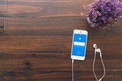 BANGKOK, TAILANDIA - 5 marzo 2017: Icone di Facebook dello schermo di connessione sul iPhone di Apple più grande e sito della ret Fotografie Stock