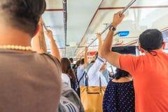 Bangkok, Tailandia - 2 marzo 2017: Passeggeri che tengono le maniglie sopra Immagine Stock Libera da Diritti