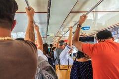 Bangkok, Tailandia - 2 marzo 2017: Passeggeri che tengono le maniglie sopra Fotografia Stock