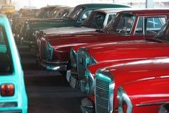 BANGKOK, TAILANDIA - 1° MARZO 2017: retro automobili d'annata che parcheggiano nel museo dell'automobile di Jesada Immagine Stock