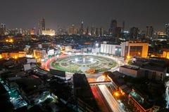 BANGKOK, TAILANDIA - 15 marzo 2019: Semaforo lungo di esposizione della rotonda della strada di Wongwian Yai alla notte immagini stock