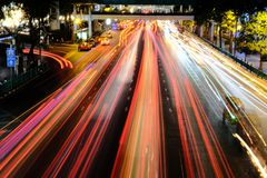 Bangkok, Tailandia - 25 marzo 2018: Traffico di notte a Ratchapras Immagine Stock