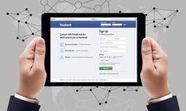 Bangkok, Tailandia - 10 marzo 2015: Uomo su un ipad che passa in rassegna Facebook Immagini Stock