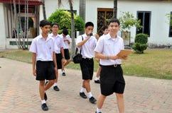 Bangkok, Tailandia: Muchachos de escuela en el museo imagen de archivo