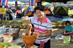 Bangkok, Tailandia: Mujer que usa el mortero y la maja Foto de archivo