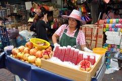 Bangkok, Tailandia: Mujer que vende el jugo de la granada fotografía de archivo libre de regalías