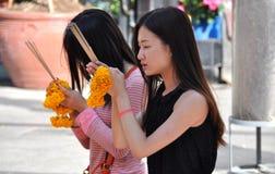 Bangkok, Tailandia: Mujeres que ruegan en la capilla de Erawan Imagen de archivo libre de regalías