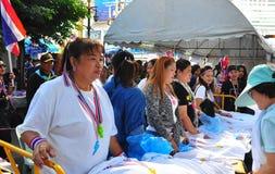 Bangkok, Tailandia: Mujeres que venden las camisetas de la protesta Foto de archivo libre de regalías