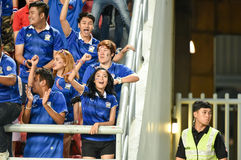 BANGKOK TAILANDIA NOV12: 2015 fans no identificadas de los partidarios de Tailandia durante el mundial del Fifa agrupan el partid Fotos de archivo