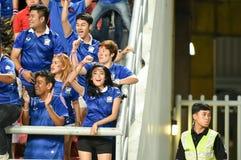 BANGKOK TAILANDIA NOV12: 2015 fans no identificadas de los partidarios de Tailandia durante el mundial del Fifa agrupan el partid Imagen de archivo