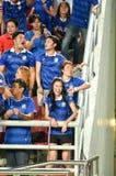 BANGKOK TAILANDIA NOV12: 2015 fans no identificadas de los partidarios de Tailandia durante el mundial del Fifa agrupan el partid Imagen de archivo libre de regalías