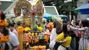 Bangkok, Tailandia - 9 novembre 2018: Gli stranieri ed il santuario locale di Erawan di visita e di culto della gente al Ratchapr archivi video