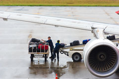 BANGKOK, TAILANDIA - 28 NOVEMBRE 2016: I lavoratori dell'aeroporto caricano il bagaglio nell'aereo Copi lo spazio immagine stock libera da diritti