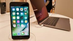 BANGKOK, TAILANDIA - 11 NOVEMBRE 2017: il iPhone 8 più sta mostrando fotografia stock