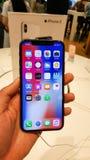 BANGKOK, TAILANDIA - 25 NOVEMBRE 2017: il iPhone X sta mostrando a è fotografia stock