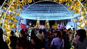 BANGKOK TAILANDIA: 29 NOVEMBRE 2017: Luci e decorazioni di Natale alla notte stock footage