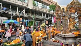 Bangkok, Tailandia - 23 novembre 2018: Molto turista al santuario di Erawan un posto famoso per il dio indù di culto archivi video