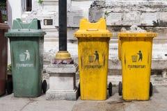 Bangkok, Tailandia - 13 novembre 2016: Variopinto ricicli i recipienti a Wat Rakhang Khositaram Woramahawiharn, tempio in Tailand Fotografie Stock Libere da Diritti