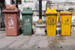 Bangkok, Tailandia - 13 novembre 2016: Variopinto ricicli i recipienti a Wat Rakhang Khositaram Woramahawiharn, tempio in Tailand Fotografia Stock Libera da Diritti