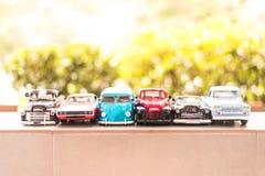 BANGKOK, TAILANDIA - OCTUBRE 16,2017: Modelo del juguete del coche con el fondo al aire libre de la falta de definición Foto de archivo libre de regalías