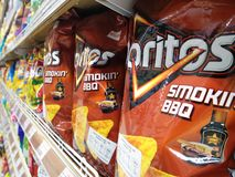 BANGKOK, TAILANDIA - 2 OTTOBRE: Il supermercato di Foodland al giardino di Victoria nelle azione di Bangkok ha importato i chip d fotografia stock