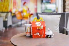 BANGKOK, TAILANDIA - 10 OTTOBRE 2017: Insieme e giocattolo felici del pasto con Ronald Mcdonald vago al ristorante del ` s di McD Immagini Stock