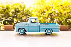 BANGKOK, TAILANDIA - 16 OTTOBRE 2017: Modello del giocattolo dell'automobile con sfuocatura background2017 all'aperto Immagini Stock