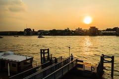 Bangkok, Tailandia - 14 ottobre 2016: Pilastro della barca di Tha Maharaj nella t Fotografia Stock