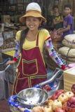 BANGKOK, TAILANDIA 26 OTTOBRE: Sorrisi FO del melograno di un venditore del succo Fotografie Stock Libere da Diritti