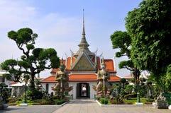 BANGKOK, TAILANDIA: Padiglione e guardiani di Wat Arun Fotografia Stock