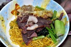 Bangkok, Tailandia: Porco & tagliatelle Tailandese-Cinesi fotografia stock libera da diritti