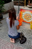 Bangkok, Tailandia: Preghiera tailandese della donna Fotografia Stock