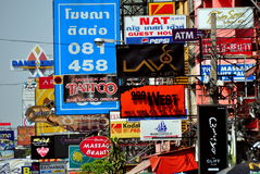 Bangkok, Tailandia: Señales de tráfico de Khao San Imagen de archivo
