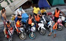 Bangkok, Tailandia: Taxistas de la motocicleta Fotografía de archivo libre de regalías